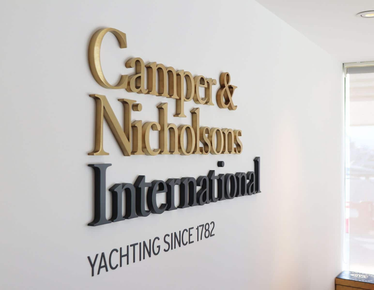 enseigne-metal-yachting-cannes-camper-and-nicholsons-2